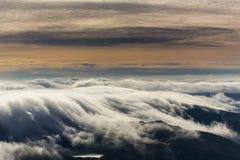 Paisaje espectacular de la montaña en las montañas, con el mar de nubes Fotos de archivo libres de regalías