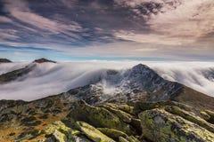 Paisaje espectacular de la montaña en las montañas, con el mar de nubes Fotografía de archivo