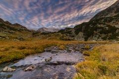 Paisaje espectacular de la montaña en las montañas, con el mar de nubes Imagen de archivo