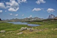 Paisaje espectacular del lago en las montañas de Pirineos imágenes de archivo libres de regalías