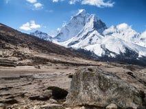 Paisaje estéril y montañas Nevado en el Himalaya Imagenes de archivo