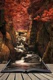 Paisaje etéreo imponente de la garganta echada a un lado profunda con las paredes de la roca foto de archivo