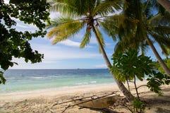 Paisaje exótico de una playa salvaje en el archipiélago del ampat del rajá foto de archivo