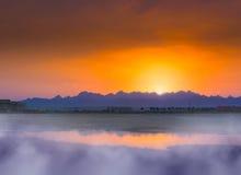 Paisaje fantástico con las montañas en la puesta del sol Desierto, Egipto Tono de efecto Fotos de archivo libres de regalías