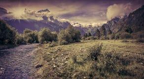Paisaje fantástico con un río en las montañas Fotografía de archivo