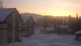 Paisaje fantástico del invierno Escena hermosa del invierno en la puesta del sol Aldea en montañas nevosas Fotos de archivo