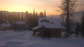 Paisaje fantástico del invierno MONTAÑAS NEVADO Pueblo en las montañas en la salida del sol asombrosa Fotos de archivo libres de regalías