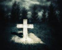 Paisaje fantasmagórico de la noche oscura con el sepulcro abandonado Foto de archivo