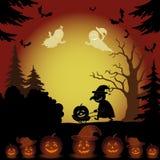 Paisaje, fantasmas, calabazas y bruja de Halloween Imagenes de archivo