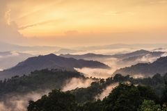 Paisaje flotante hermoso de la niebla. Fotos de archivo libres de regalías