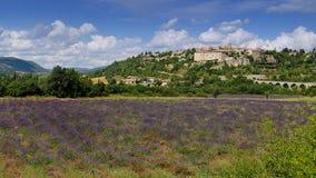 Paisaje francés: campo de la lavanda en Provence y el pueblo Foto de archivo