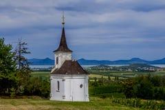 Paisaje húngaro con una capilla Fotos de archivo libres de regalías