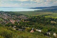 Paisaje húngaro hermoso de un lago Balatón, cerca del pequeño pueblo Szigliget foto de archivo