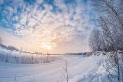 Paisaje hermoso, camino rural del invierno en la puesta del sol, distorsión del fisheye foto de archivo libre de regalías