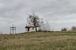 Paisaje hermoso con el árbol de abedul venerable de la primavera y la capilla vieja, situados en la montaña de Plana Foto de archivo libre de regalías