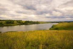 Paisaje hermoso con el bosque y el lago del verano Imágenes de archivo libres de regalías