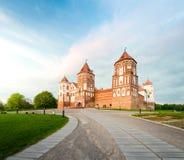 Paisaje hermoso con el castillo del MIR en Bielorrusia Foto de archivo