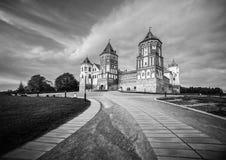 Paisaje hermoso con el castillo del MIR en Bielorrusia Imagenes de archivo