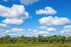 Paisaje hermoso con el cielo azul Imagen de archivo