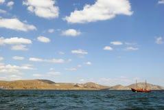 Paisaje hermoso con el velero en el mar en Crimea, Ucrania Imagen de archivo
