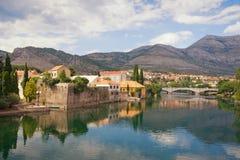 Paisaje hermoso con la ciudad antigua en la orilla del río Bosnia y Herzegovina, vista del río de Trebisnjica y de la ciudad viej Imagen de archivo libre de regalías