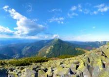Paisaje hermoso con la montaña en las nubes fondos Bl Fotos de archivo