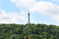 Paisaje hermoso con la torre del puesto de observación de Petrin encima de la colina imagenes de archivo