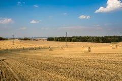 Paisaje hermoso con las balas de la paja en campos cosechados Imagenes de archivo