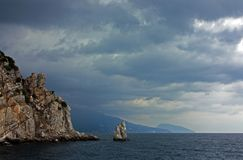 Paisaje hermoso con las montañas, el mar, las flores y los bosques Foto de archivo