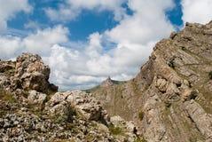 Paisaje hermoso con las montañas y las nubes Fotografía de archivo