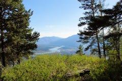 Paisaje hermoso con las montañas y los árboles de Sayan siberia Foto de archivo