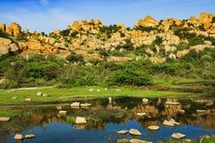 Paisaje hermoso con las rocas grandes cerca de Hampi, la India Imagen de archivo libre de regalías