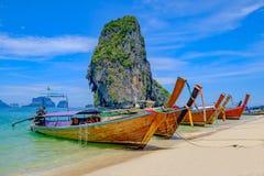 Paisaje hermoso con los barcos de la cola larga en la playa tropical de la isla Krabi, Tailandia foto de archivo