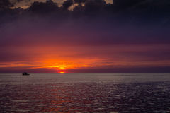 Paisaje hermoso con puesta del sol sobre el mar con el cielo dramático Fotos de archivo