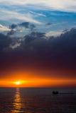 Paisaje hermoso con puesta del sol sobre el mar con el cielo dramático Fotografía de archivo