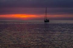Paisaje hermoso con puesta del sol sobre el mar con el cielo dramático Imagen de archivo
