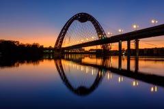 Paisaje hermoso con puesta del sol y el puente de Zhivopisny en el fondo imagen de archivo