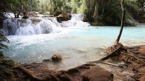 Paisaje hermoso con una cascada Luang Propang Laos almacen de metraje de vídeo