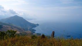 Paisaje hermoso con vistas al mar y la costa costa rugosa del pico de montaña, Maratea, Basilicata, Italia foto de archivo