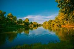 Paisaje hermoso con vistas del lago del bosque Imagenes de archivo
