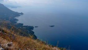 Paisaje hermoso con vistas a la costa costa rugosa y al mar, dando vuelta suavemente en el cielo, Maratea, Italia imagen de archivo libre de regalías