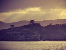 Paisaje hermoso, costa de la roca y mar tranquilo imagen de archivo libre de regalías