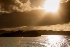 Paisaje hermoso, costa de la roca y mar tranquilo imagen de archivo