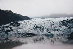 Paisaje hermoso de campos nevosos y rocosos en el campo fotografía de archivo libre de regalías