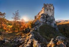 Paisaje hermoso de Eslovaquia en el otoño con ruinas del castillo de Uhrovec fotos de archivo libres de regalías