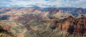 Paisaje hermoso de Grand Canyon con el río Colorado visible durante oscuridad Fotografía de archivo libre de regalías