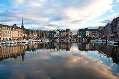 Paisaje hermoso de Honfleur, bahía azul con los yates blancos Imágenes de archivo libres de regalías