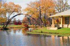 Paisaje hermoso de la caída con un puente en el parque de la ciudad fotos de archivo