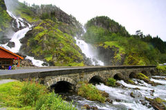 Paisaje hermoso de la cascada con el puente viejo Imagen de archivo libre de regalías