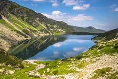 Paisaje hermoso de la charca negra Gasienicowy en las montañas de Tatra Fotografía de archivo